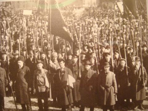 urss - Centenario de la revolución de Octubre 1917 en Rusia. First_red_guards_in_petrograd_fall_1917_cropped_0